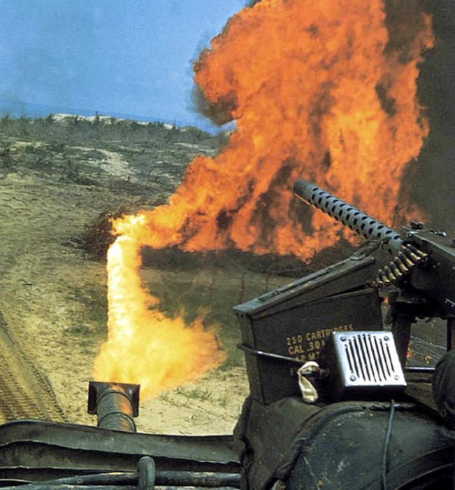 Работа огнемётного танка во Вьетнаме, 1968 год. /Фото: topwar.ru