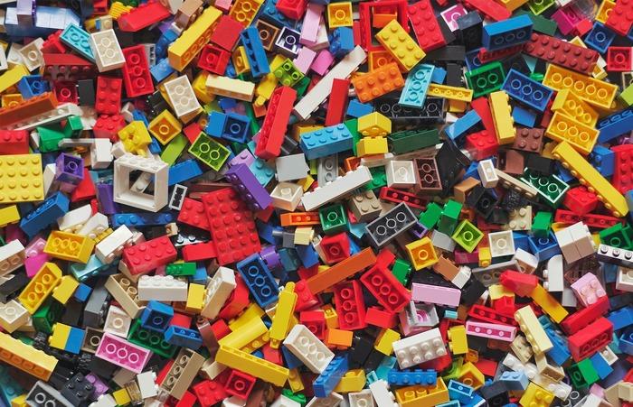 Сломать пластмассовую детальку можно только гидравлическим прессом. /Фото: ingkacentres.com