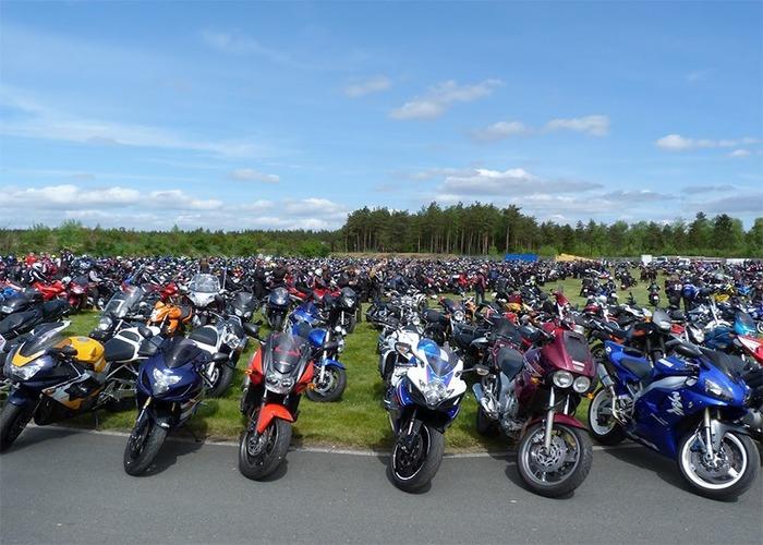 Полсотни мотоциклов и бесконечная дорога впереди. /Фото: motorpage.ru