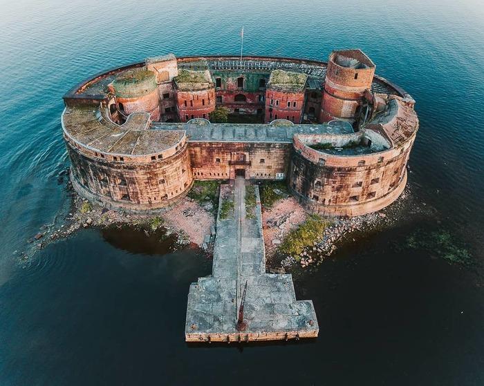 Даже заброшенный форт выглядит впечатляюще. /Фото: petersburglike.ru