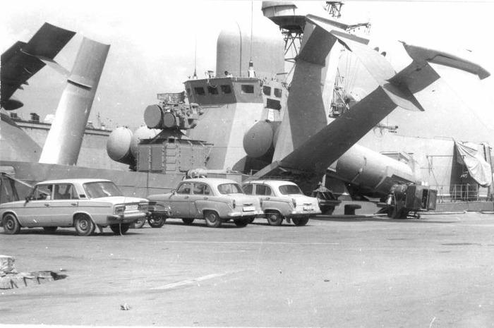 В сравнении с огромными крыльями судна, автомобили кажутся совсем небольшими. /Фото: topwar.ru