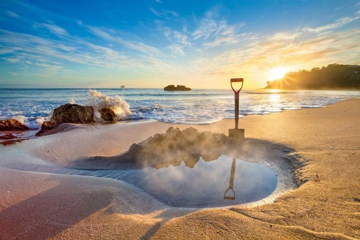 Все туристы на этот пляж приходят с лопатами. /Фото: exploringkiwis.com