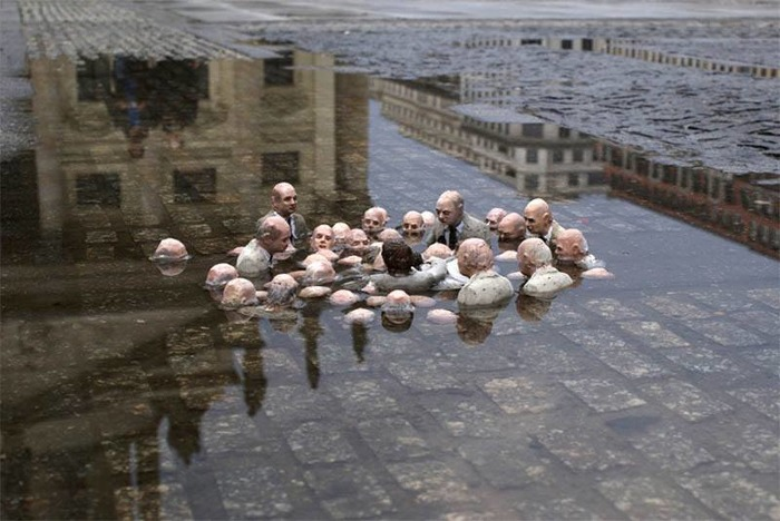 Инсталляция про самую большую проблему экологию. /Фото: twitter.com