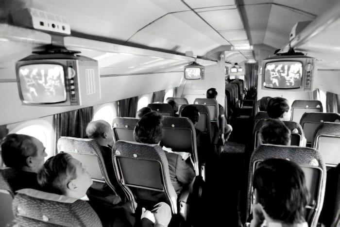 Телевизоры на борту самолёта Ту-134. /Фото: frequentflyers.ru