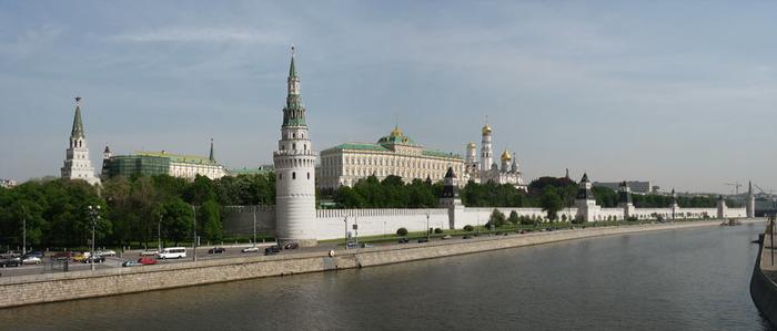 Концепт-арт, как мог бы выглядеть Кремль сегодня, если бы поддерживался его прежний цвет. /Фото: ortait.ru