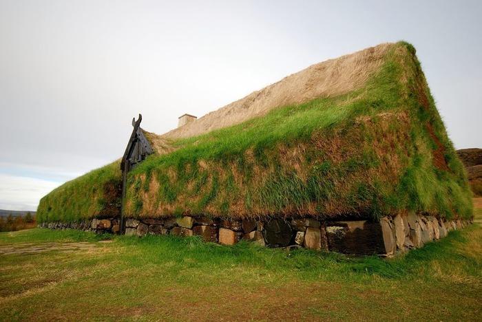 Такой домик в траве не сразу заметишь. /Фото: architecturalidea.com