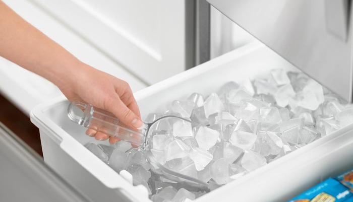 Ледогенератор в холодильнике - бесполезная для большинства примочка. /Фото: vestnikao.ru