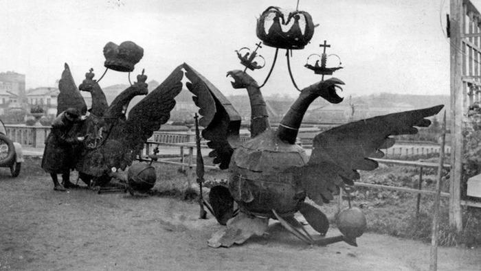 Двуглавые орлы, снятые с башен Кремля в 1935 году. /Фото: gazeta.ru