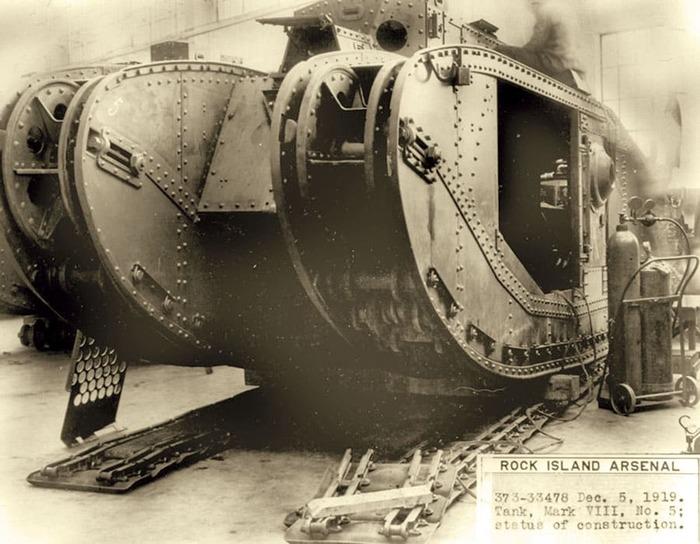 Mark VIII во время сборки, 1919 год. /Фото: landships.info
