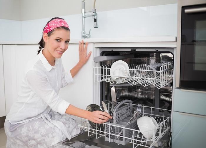 Располагать посуду в машине нужно в определённой зависимости. /Фото: homeasking.com