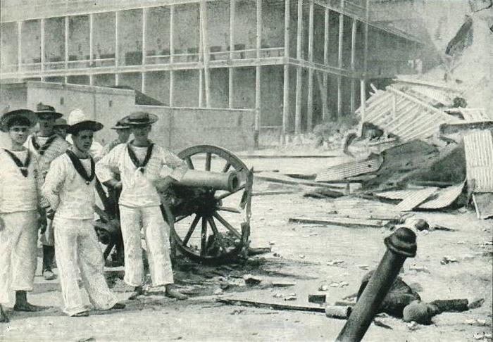 Английские моряки после окончания боя возле единственной занзибарской пушки. /Фото: denvistorii.ru