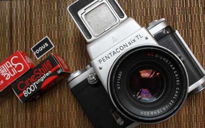 Пленочный фотоаппарат - один из символов девяностых. /Фото: vestnikk.ru