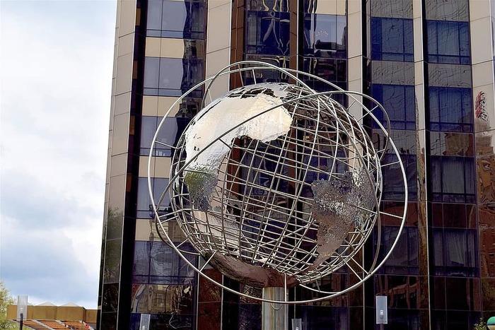 Справедливости ради, глобус в Нью-Йорке всё-таки появился, но совсем маленький. /Фото: pikist.com
