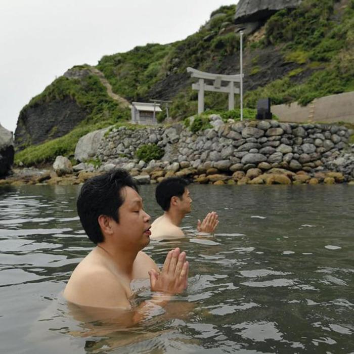 Прохождение ритуала очищения. /Фото: japan.org.ua