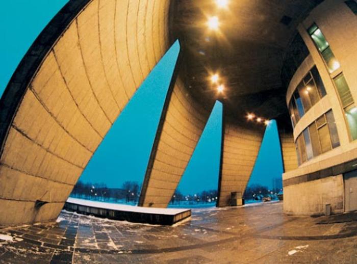 Нижняя часть конструкции в форме перевернутой лилии делает башню устойчивой к катаклизмам. /Фото: vokrugsveta.ru