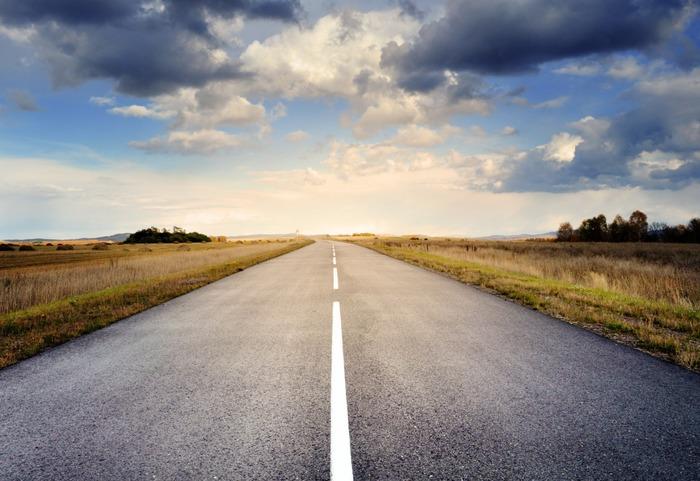 Сегодня самая обычная на вид дорога может быть умной. /Фото: medium.com