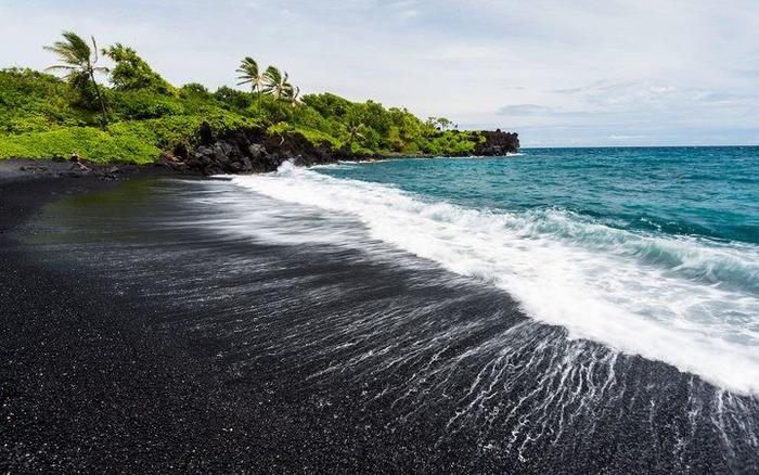 Самый темный пляж на планете. /Фото: pinterest.com