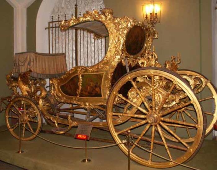 Гондола на колесах в экспозиции сокровищницы. /Фото: scorcher.ru