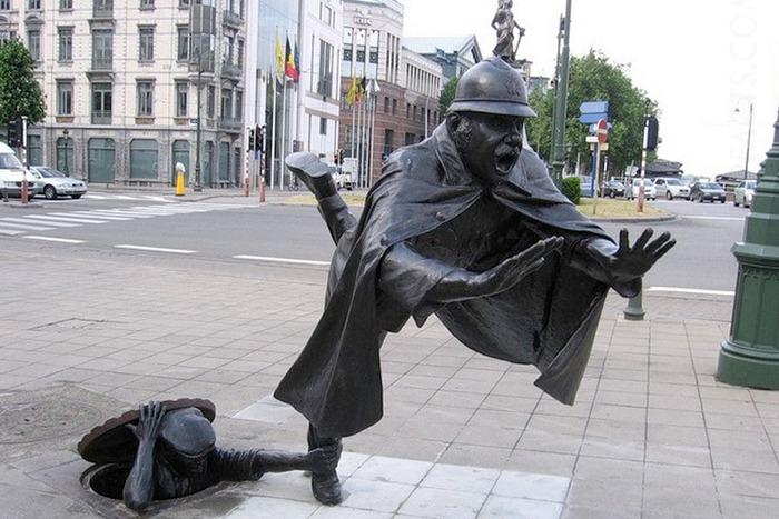 Скульптура о забавах рядовых жителей города. /Фото: puzzleit.ru