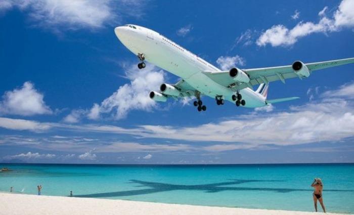 Лучший способ рассмотреть самолёт в полёте вблизи - сходить на пляж Махо. /Фото: quick-trips.com