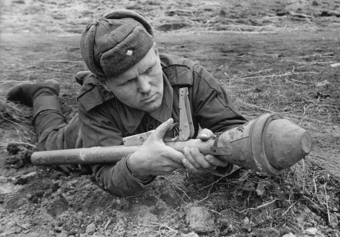 Гвардии сержант Амелин с трофейным немецким гранатомётом. /Фото: waralbum.ru