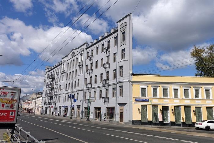 Знаменитый столичный дом-оптическая иллюзия. /Фото: livejournal.com