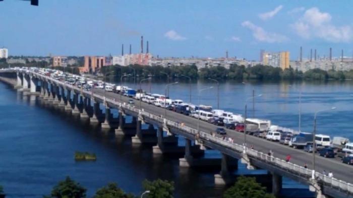 В любом крупном городе с мостом обязательно будет образовываться пробка. /Фото: litsa.com.ua