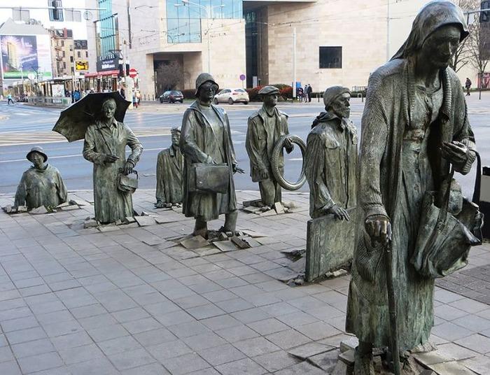 Инсталляция-напоминание с оглядкой на тяжёлый исторический эпизод. /Фото: pinterest.ru