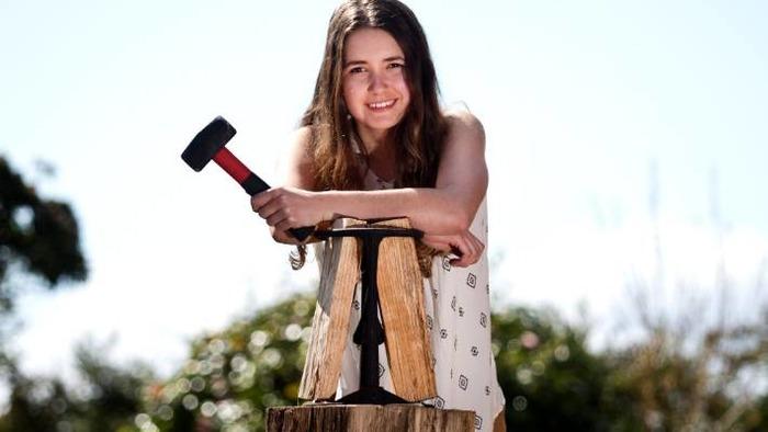 Юная изобретательница безопасного топора. /Фото: stuff.co.nz