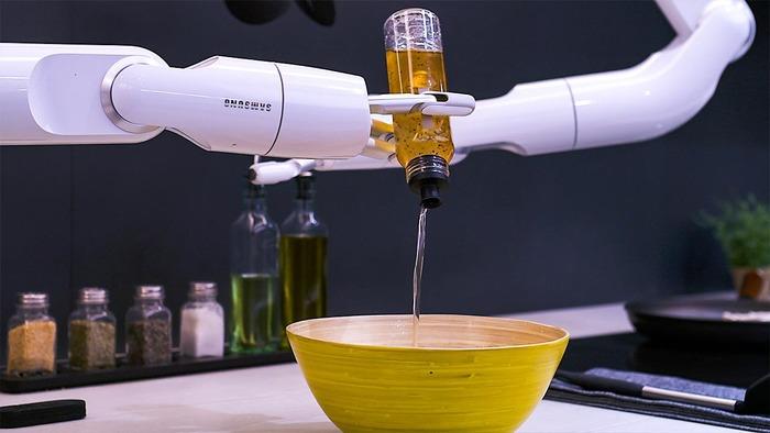 Когда на кухне ресторана не хватает рук. /Фото: dailymail.co.uk