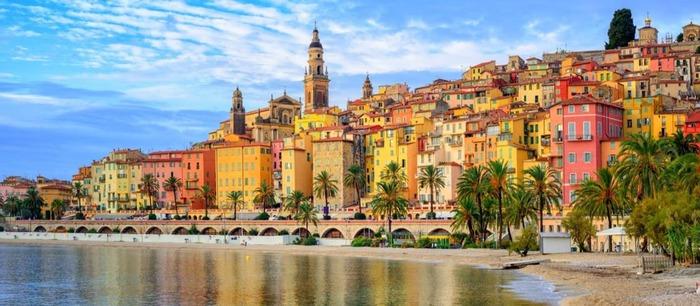 Тёплому мягкому климату и цвета города соответствующие. /Фото: france.fr