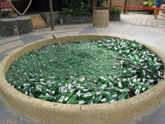 Сразу и не догадаешься, зачем японцам битые бутылки. /Фото: animalworld.com.ua