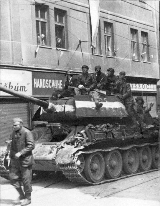 Красноармейцы на Т-34 во время Великой отечественной войны.  /Фото: pinterest.com