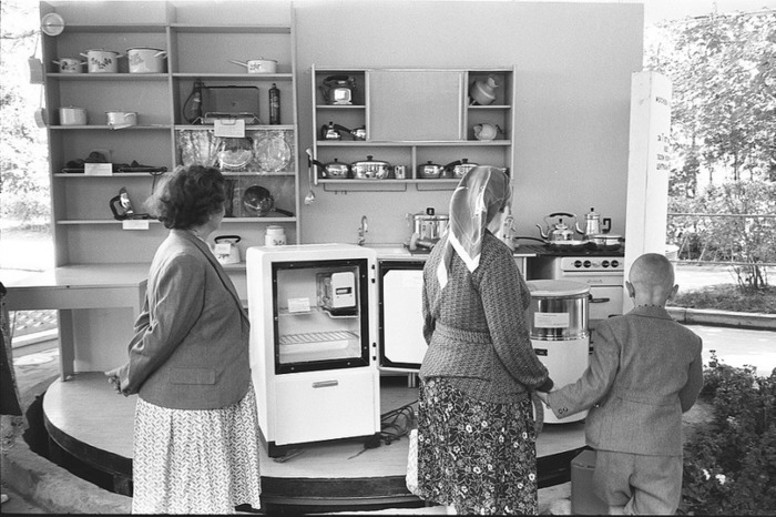 Советские граждане осматривают кухонный гарнитур из США. /Фото: travelask.ru