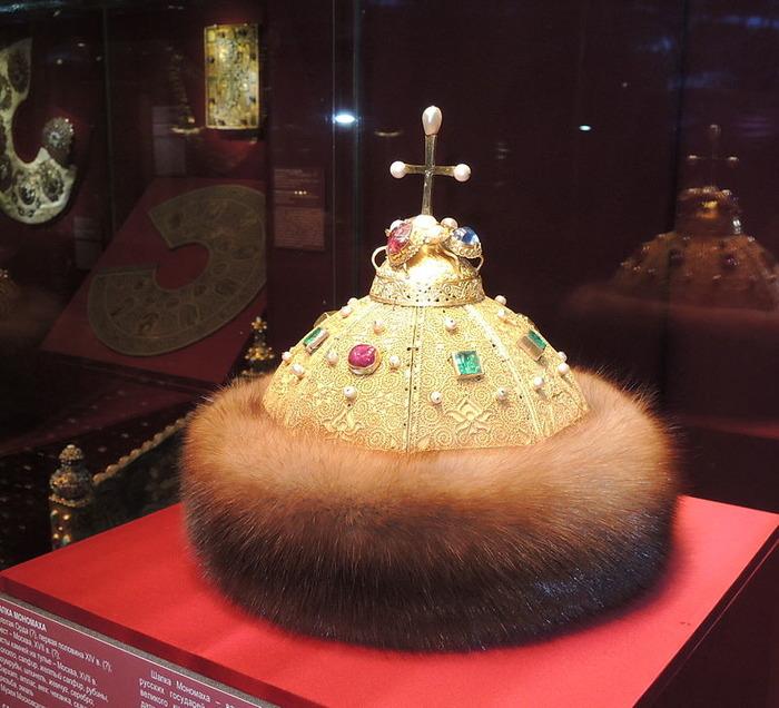 Шапка Мономаха в экспозиции сокровищницы. /Фото: wikipedia.org