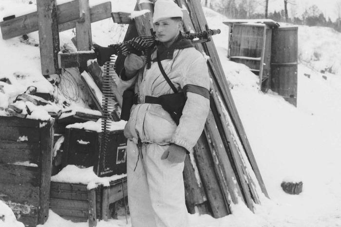 Немецкий пулеметчик в зимнем камуфляже. /Фото: waralbum.ru