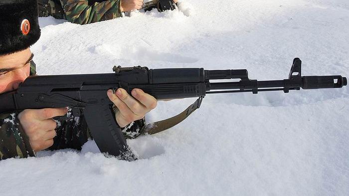 Тот факт, что АК может пользоваться почти любой, не значит, что профи его не жалуют. /Фото: kommersant.ru