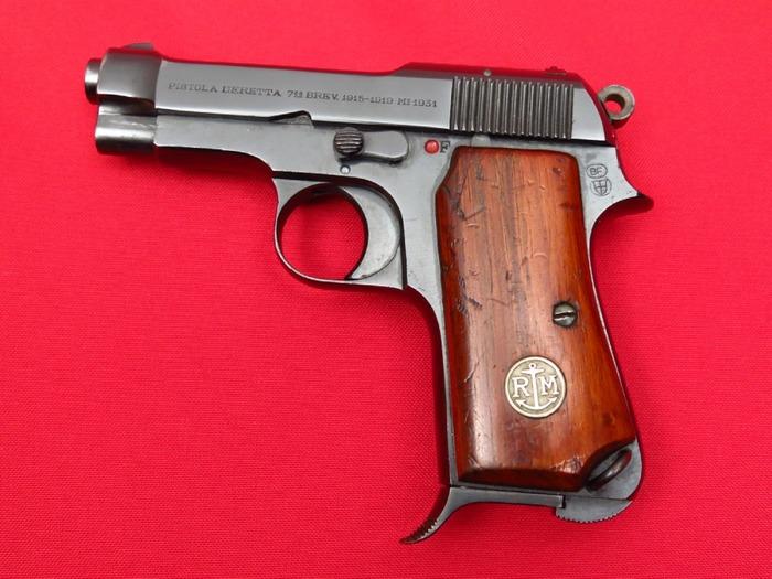 Беретта образца 1931 года с медальоном на рукоятке, отражающим принадлежность к ВМФ Италии. / Фото: gunauction.com.