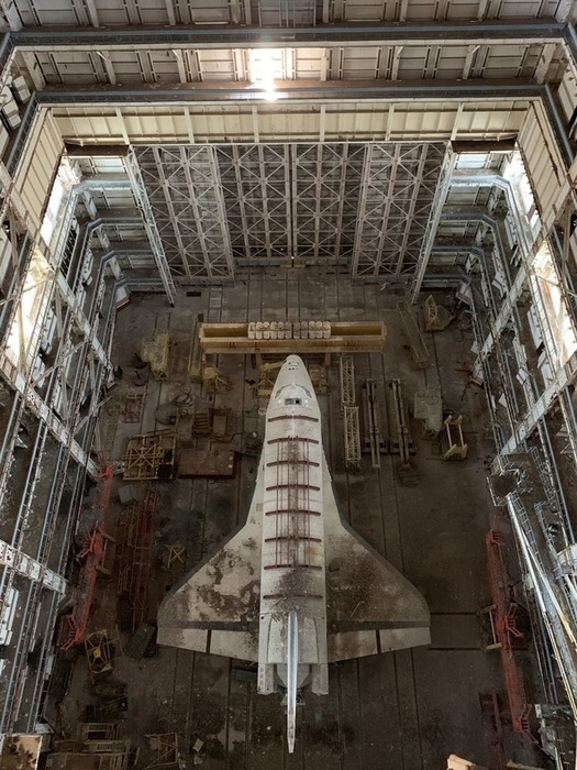 Один из уцелевших прототипов «Бурана» на вечной стоянке на космодроме Байконур.  /Фото: pikabu.ru