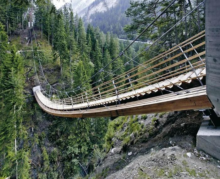Через мост, оказывается, не только по прямой идти. /Фото: http://architime.ru