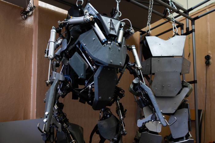 Макет и работающий прототип экзоскелета. /Фото: news.itmo.ru