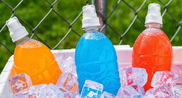 Не могут прибавить здоровья напитки настолько ядовитых цветов. /Фото: sayyes.com.ua