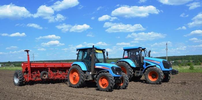 Тракторы модели «Агромаш-180ТК». /Фото: agromh.tplants.com
