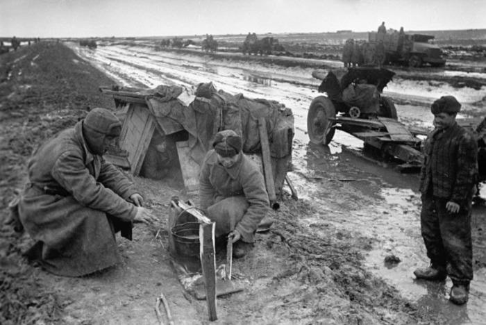 При правильном обращении шинель превращалась в необходимую часть походного снаряжения. /Фото: pikabu.ru
