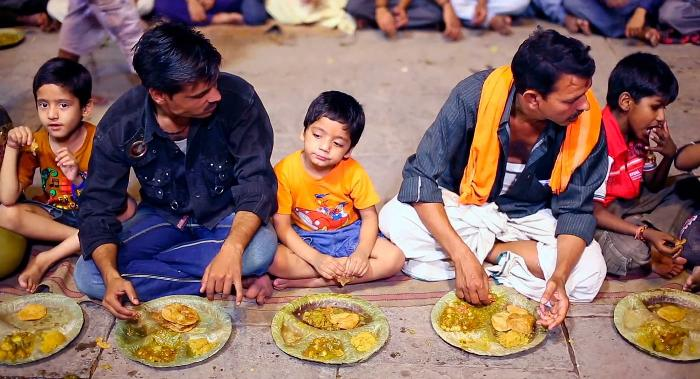 Чтобы не обидеть хозяйку - съедайте все с тарелки. /Фото: indiada.ru