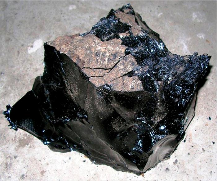 Фрагмент строительного битума. /Фото: stroyres.net