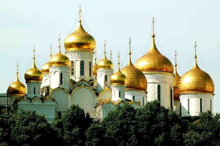 Золотые купола чаще всего встречаются на крупных сакральных сооружениях. /Фото: rusvesna.su
