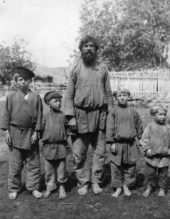 Люди, работающие на земле, не носили нарядную одежду каждый день. /Фото: ethnomuseum.ru