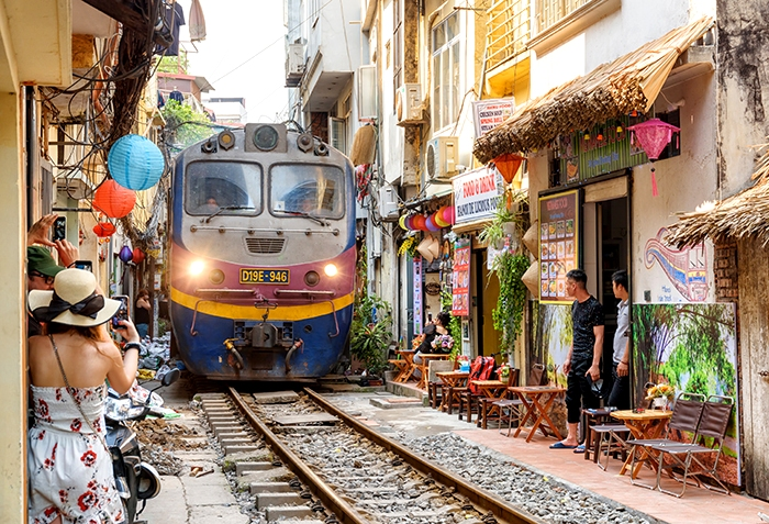 Втиснуть поезд в такую узкую улицу могла заставить лишь серьезная потребность. /Фото: dgvtravel.com