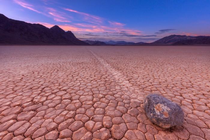 Есть на Земле такое место, где камни двигаются сами. /Фото: livejournal.com
